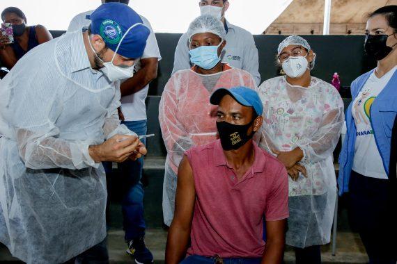Motorista Nelson Gonçalves, foi o primeiro a ser vacinado em Candeias do Jamari, o secretário estadual de saúde Fernando Máximo realizou a aplicação.
