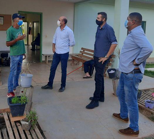 Luiz Carlos Lanes vice diretor da Comunidade Terapêutica Reviver de Cerejeiras recebendo o deputado Ismael Crispim e Vereador Marcão da Rádio na tarde desta segunda-feira (7).