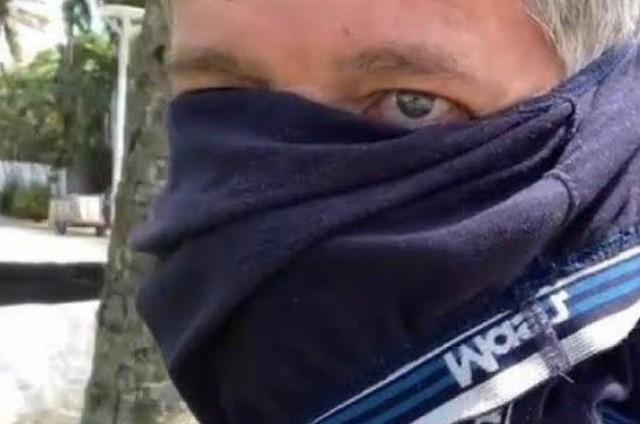 Ator David Cardoso Filho durante protesto contra o uso de máscaras na pandemia, usou uma cueca no rosto.