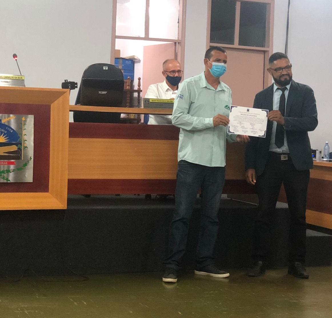 Sandro Malta recebendo a placa de homenagem do presidente da câmara de vereadores Samuel Carvalho