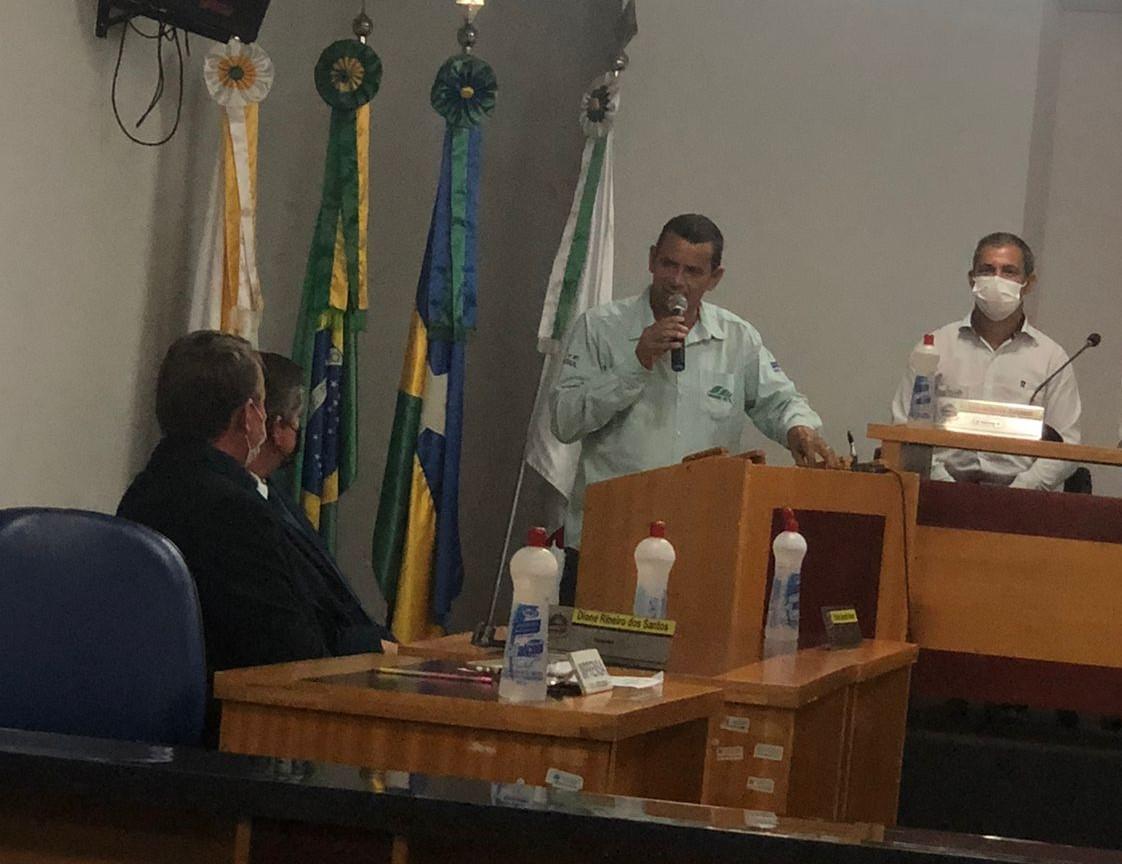 Sandro Malta gerente da EMATER Cerejeiras em discurso de agradecimento