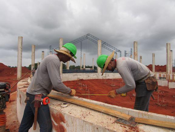 Pedreiros trabalhando na obra do secador da Copama em 2019. Empregos para todos os perfis de profissionais. (Foto: Rildo Costa)