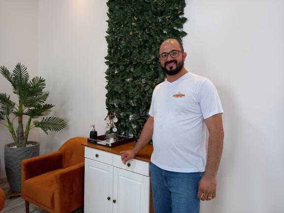 Reginaldo trabalhava como balconista de farmácia quando começou a vender carne assada nos fins de semana. Hoje ele tem um restaurante. (Foto: Rildo Costa)