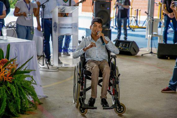 Paulo Ricardo Duque de Almeida cantou para o público presente no ato de entrega das vans