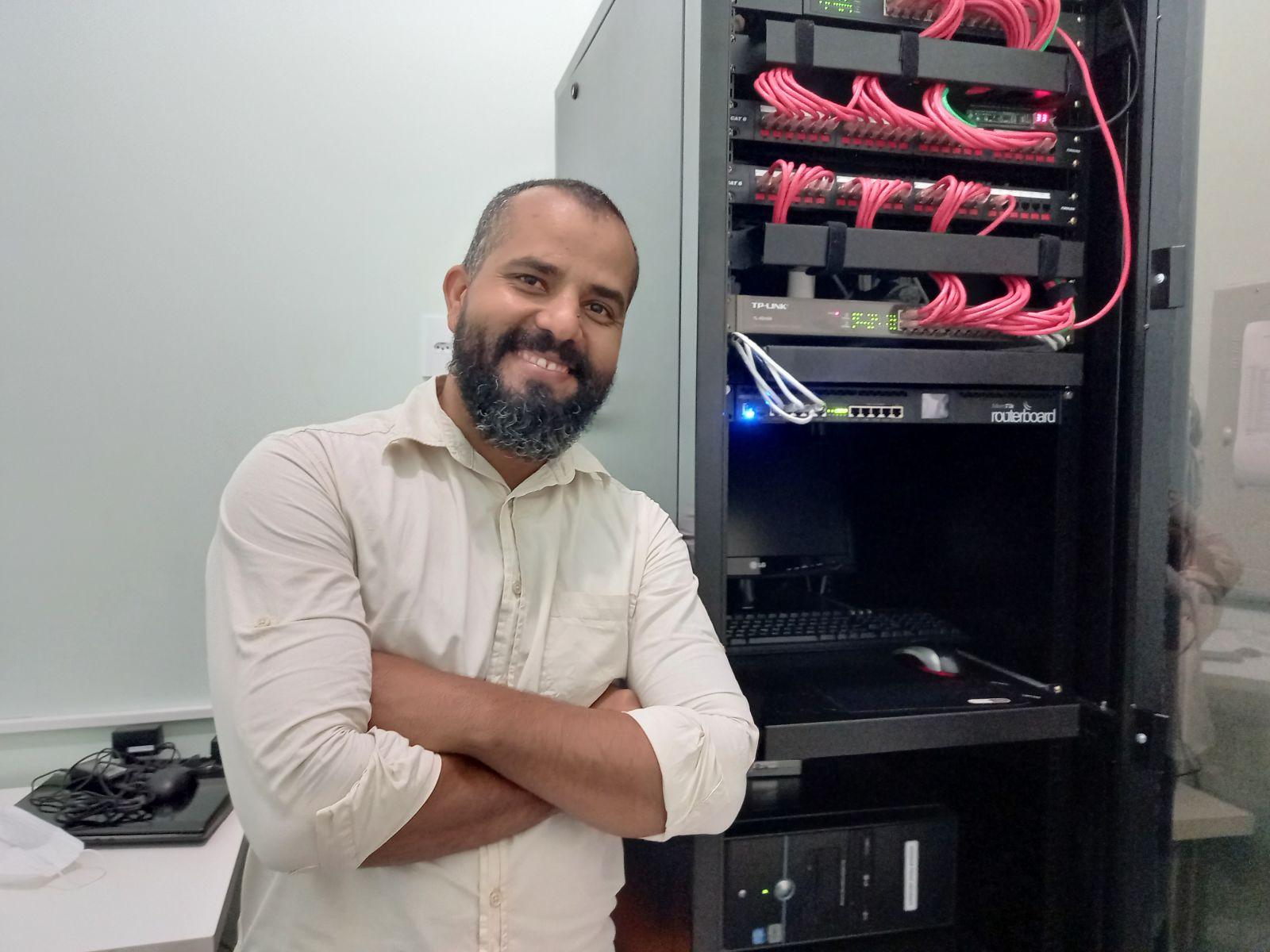 Dieferson Costa é técnico em informática. Ele observou o fio fora do lugar aos fundos nesta imagem. (Foto: Rildo Costa)
