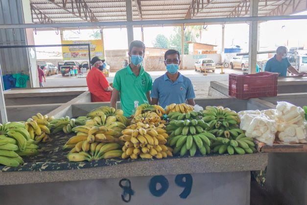 Elio é um pequeno produtor rural que usa a feira para vender o que produz. E agora o filho Tiago trabalha com ele. (Foto: Wellington Cordeiro)
