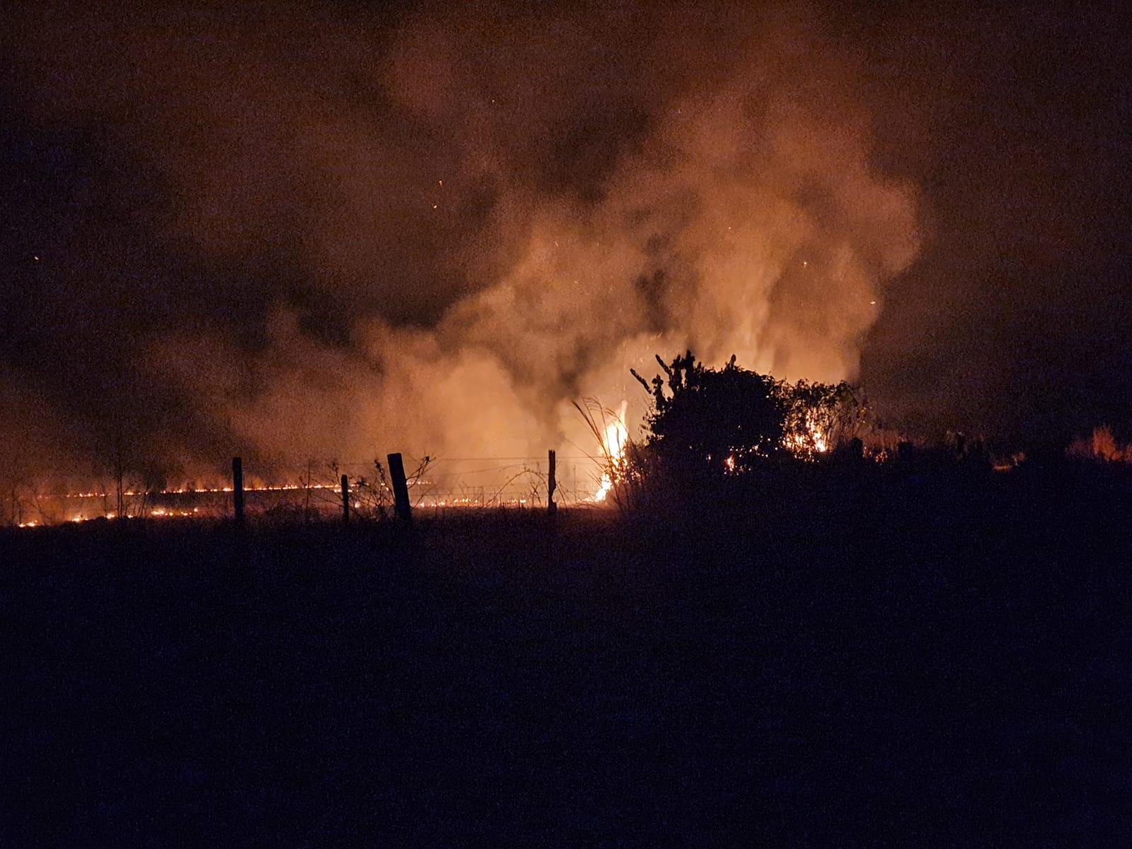 Foco de fogo na em propriedade rural. O incêndio atravessou um quarteirão de propriedades rurais, queimando dia e noite. (Foto: Hugo Dan)