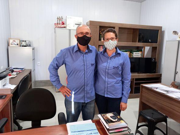 Casal Ferro no escritório da propriedade. Gestão afiada permite conhecer todos os números do negócio.  (Foto: Rildo Costa)