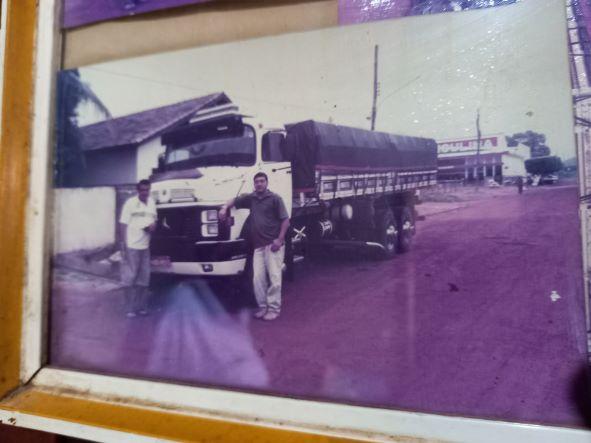 Zé Carlos com o caminhão, acompanhado pelo filho. Ele fazia frete para São Paulo e voltava carregado de trigo. (Foto: Reprodução)