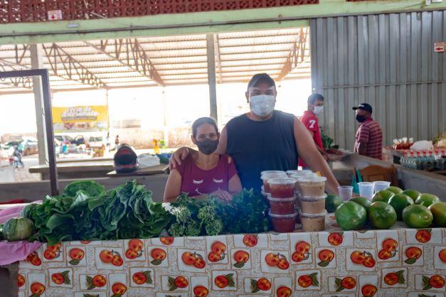 Alexandre, o Xandão, é um feirante bem-humorado. Ele vende de doce a legume com a esposa, a Jane. (Foto: Wellington Cordeiro)