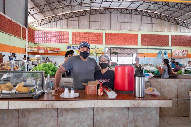 Sérgio e Rute vendem salgados na feira. Tem clientes fiéis e aqueles que param para comer um pastel. (Foto: Wellington Cordeiro)