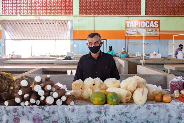 José Machado vende um produto raro de se ver na era moderna: a bucha orgânica. Ele mesmo que produz. (Foto: Wellington Cordeiro)