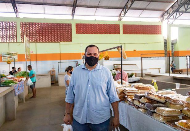 O agrônomo Dionathan Munhoz é um assíduo frequentador da feira municipal de Cerejeiras. Ele gosta de comer pastel nas manhãs de domingo. (Foto: Wellington Cordeiro)