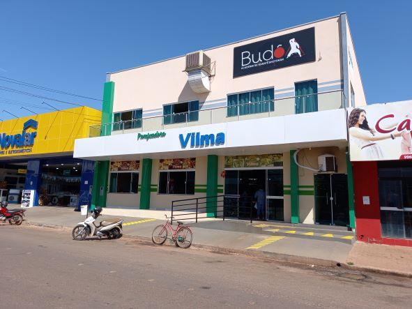 O prédio da empresa na atualidade, no centro de Cerejeiras. Além de pão, tem salgados, bolos, sucos, pizzas... (Foto: Rildo Costa)