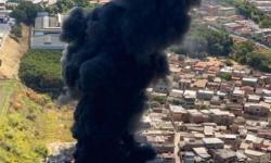 Incêndio de grandes proporções em galpão de recicláveis ameaça casas vizinhas