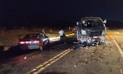 Acidente entre caminhonete e micro-ônibus com atletas de vôlei deixa mortos