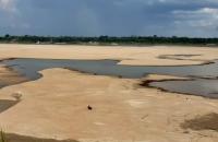 Seca revela grandes bancos de areia no rio Madeira
