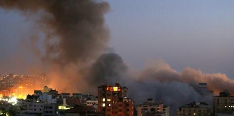 Israel ataca e destrói prédio residencial de 13 andares em Gaza; região de Tel Aviv é alvo de foguetes