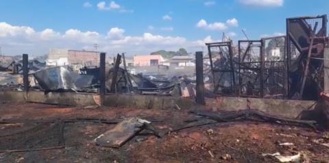 Em Rondônia, incêndio destrói depósito de ferro velho