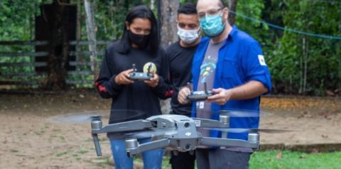 Indígenas recebem aulas de pilotagem de drone para ajudar no monitoramento de terras em Rondônia