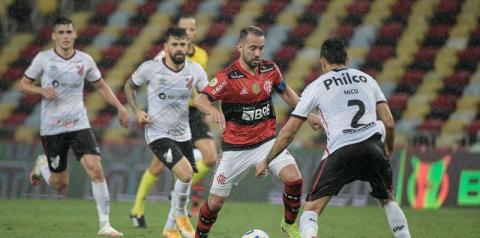 Flamengo atropela Athletico-PR no Maracanã e sobe no G4 do Brasileiro
