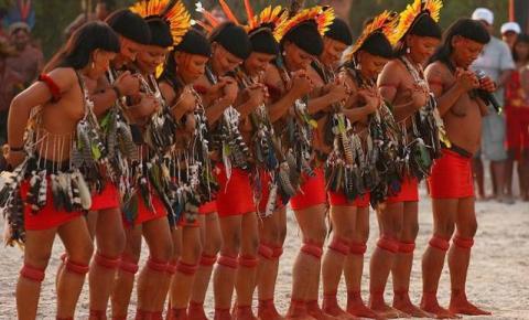Índigenas criam programação para turistas com trilhas por aldeias, aulas de arco e flecha e pintura corporal