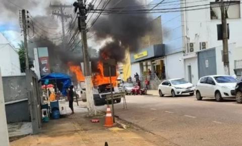 Van da prefeitura de Vilhena, RO, pega fogo no Centro de Porto Velho