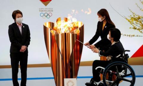 Revezamento da tocha olímpica começa sob sombra da pandemia