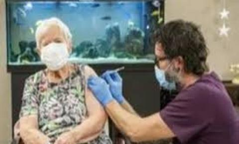 Mulher de 90 anos é a primeira vacinada na Suíça contra o novo coronavírus