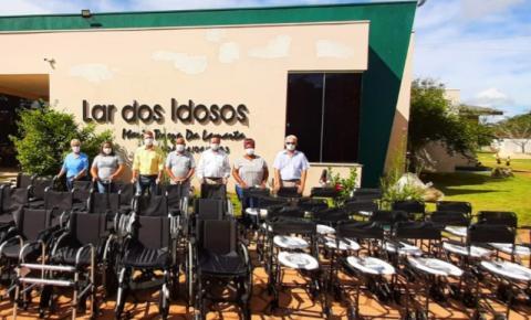 VILHENA: Luizinho Goebel entrega equipamentos de locomoção para o Lar dos Idosos