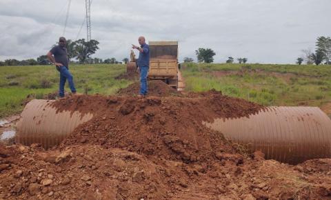 CORUMBIARA: Deputado Ezequiel Neiva destina tubos armcos para melhoria da Linha 02