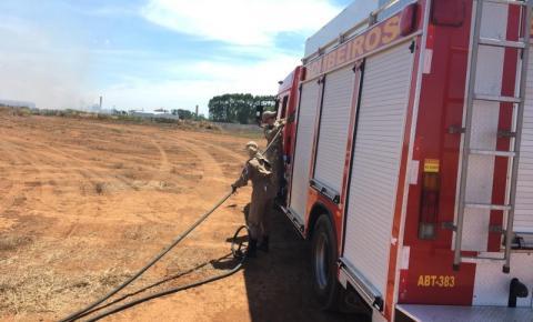 Corpo de Bombeiros contém incêndio em vegetação próximo a empresas