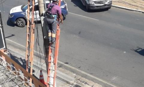 Trabalhador leva choque em poste de energia, fica pendurado em escada e é socorrido