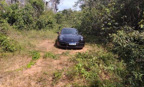 Adolescentes furtam Porsche e o abandonam em mata após combustível acabar