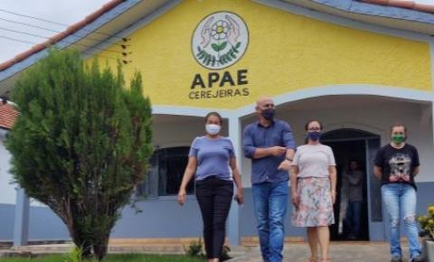 CEREJEIRAS: APAE recebe R$ 380 mil do deputado Ezequiel Neiva para compra de ônibus adaptado