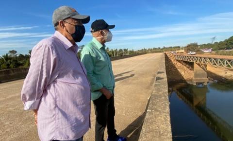 Senador Confúcio Moura e ex-prefeito de Ariquemes acompanham obras de conclusão da nova ponte sobre o Rio Jamari