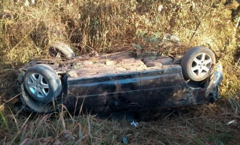 """VÍDEO: motorista perde controle ao passar por """"buracão da 4"""" e capota veículo em Cerejeiras"""