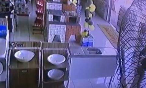 Policial reage a assalto e criminoso morre após invadir loja de materiais para construção