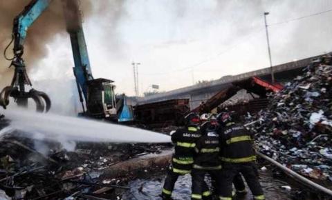VÍDEO: Incêndio de grandes proporções atinge ferro velho