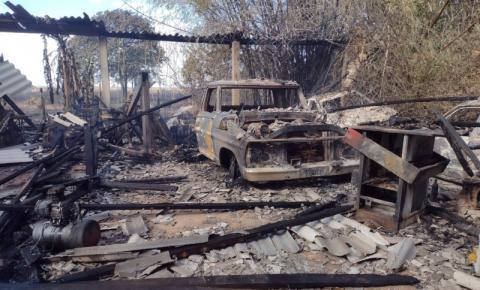 Incêndio em palhada se espalha e destrói oficina com 12 carros e trator