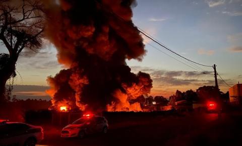 Incêndio com risco de explosões em fábrica de embalagem deixa feridos