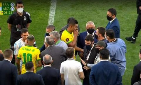 Agentes da PF e da Anvisa entram em campo para buscar jogadores que não cumpriram quarentena e Argentina se retira