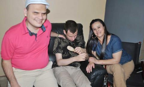 SUPERAÇÃO: Conheça a história de Taiz, paraplégica e mãe de dois filhos com deficiência visual