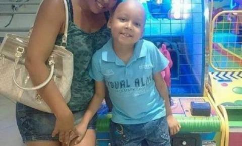 Mãe comemora Dia das Crianças com o filho após ele se curar de leucemia