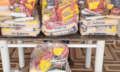 Vereador cumpre promessa de campanha e doa cestas básicas em Cerejeiras