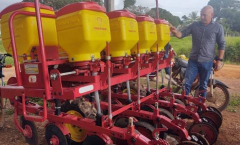 CABIXI: Deputado Ezequiel Neiva entrega equipamentos agrícolas à Associação dos Suinocultores