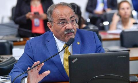 Senador reassume cargo 4 meses depois de ser flagrado com dinheiro na cueca