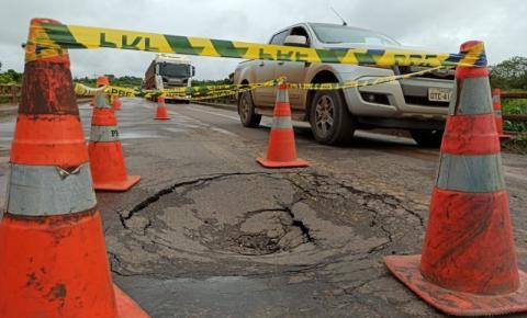 ARIQUEMES: Forte chuva provoca erosão na cabeceira de ponte na BR-364