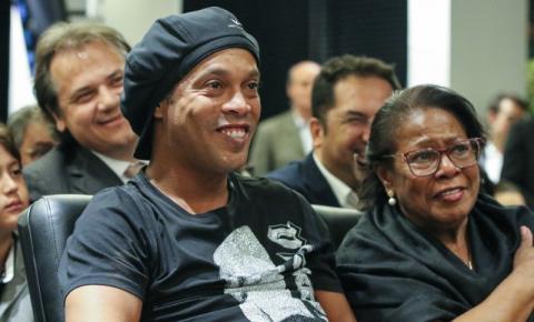 Mãe de Ronaldinho morre vítima de COVID