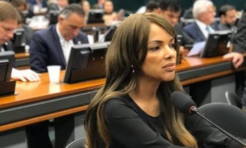 Deputada Flordelis é hospitalizada após Justiça determinar afastamento do cargo
